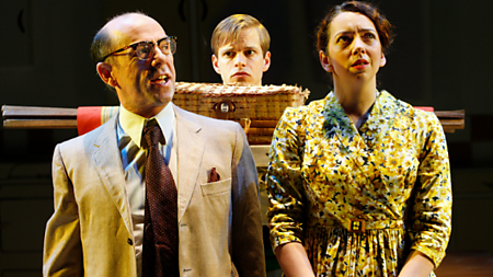 (L-R) Stephen Ventura as Dad, Giles Cooper as Nigel Slater, Lizzy Muncey as Mum (c) Simon Annand